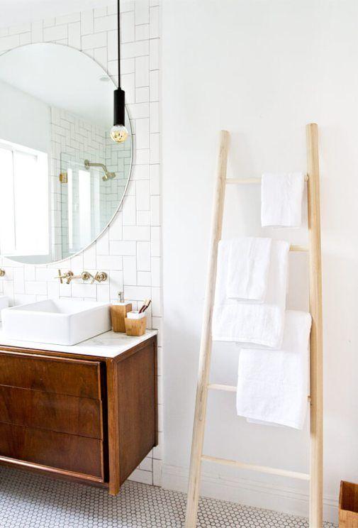 une simple échelle en bois avec quelques serviettes est une idée de rangement pour serviettes peu encombrante pour chaque type de salle de bain
