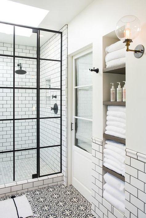 les étagères intégrées dans le mur permettent de ranger confortablement et sans encombrement de nombreuses serviettes et articles de toilette
