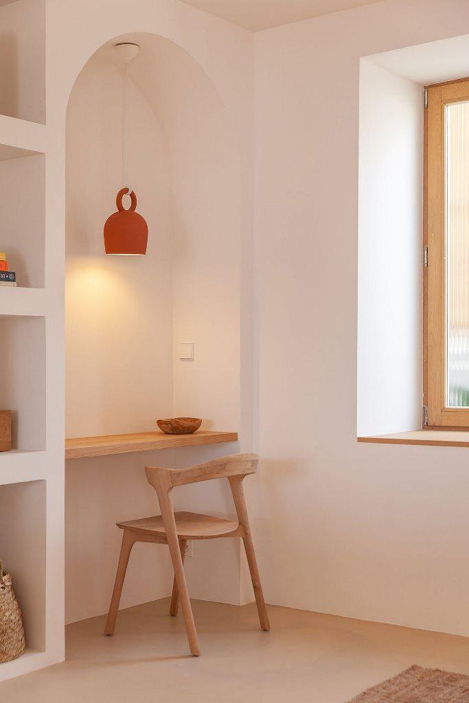 Un petit coin de bureau à domicile montre un petit bureau et un bureau en bois