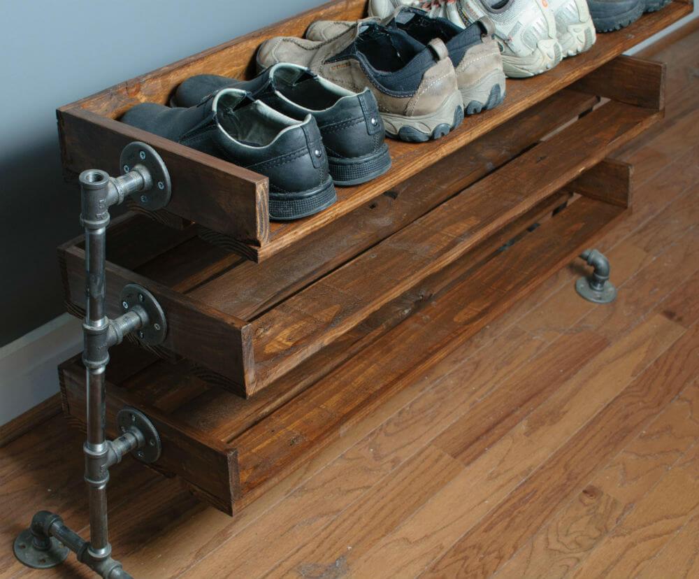 Gardez les chaussures en place sur les pattes du support de tuyau