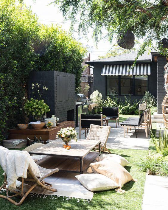 une petite cour arrière qui comprend une zone de salon et une zone de foyer fait dans différents styles et couleurs contrastées