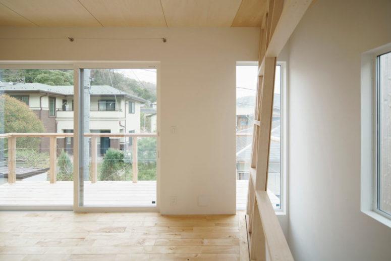 La maison dispose de beaucoup d'espace négatif, il y a beaucoup de lumière naturelle et un grand balcon pour profiter de l'air frais