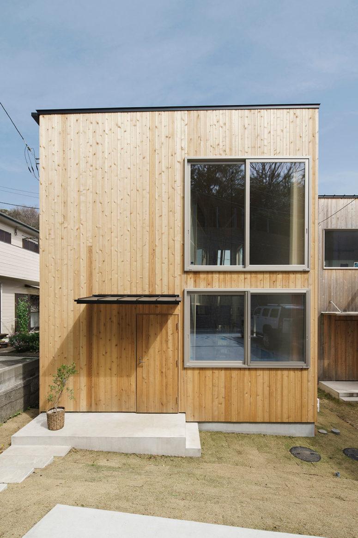 La maison est revêtue de bois clair à l'extérieur et plusieurs fenêtres apportent beaucoup de lumière