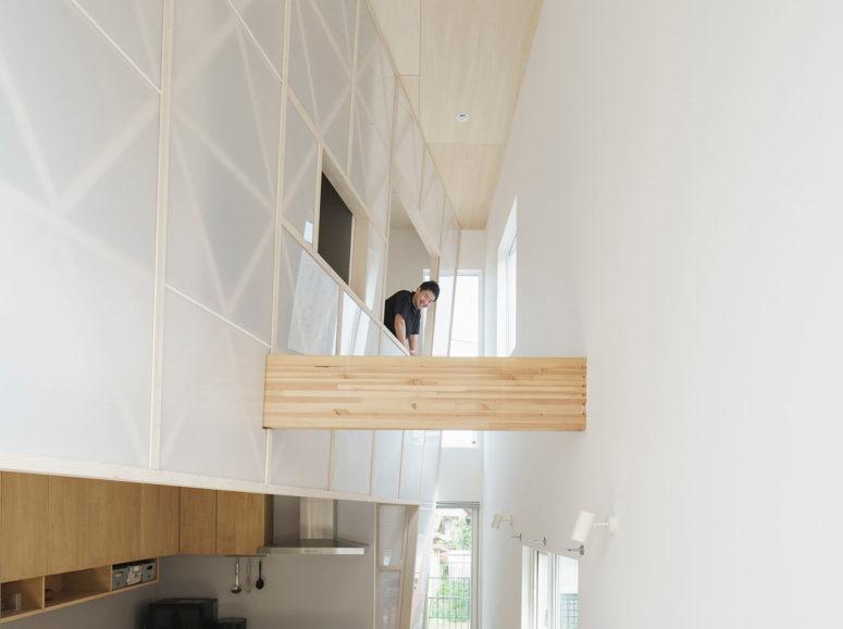 L'intérieur présente un rideau acrylique transparent frais qui divise les espaces sans les priver de lumière naturelle