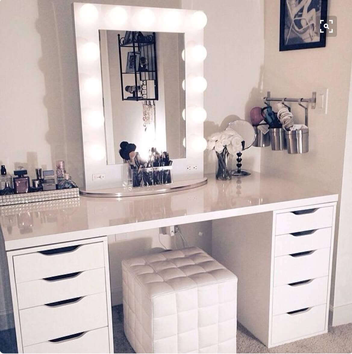 Vanité blanche monochrome et miroir encadré
