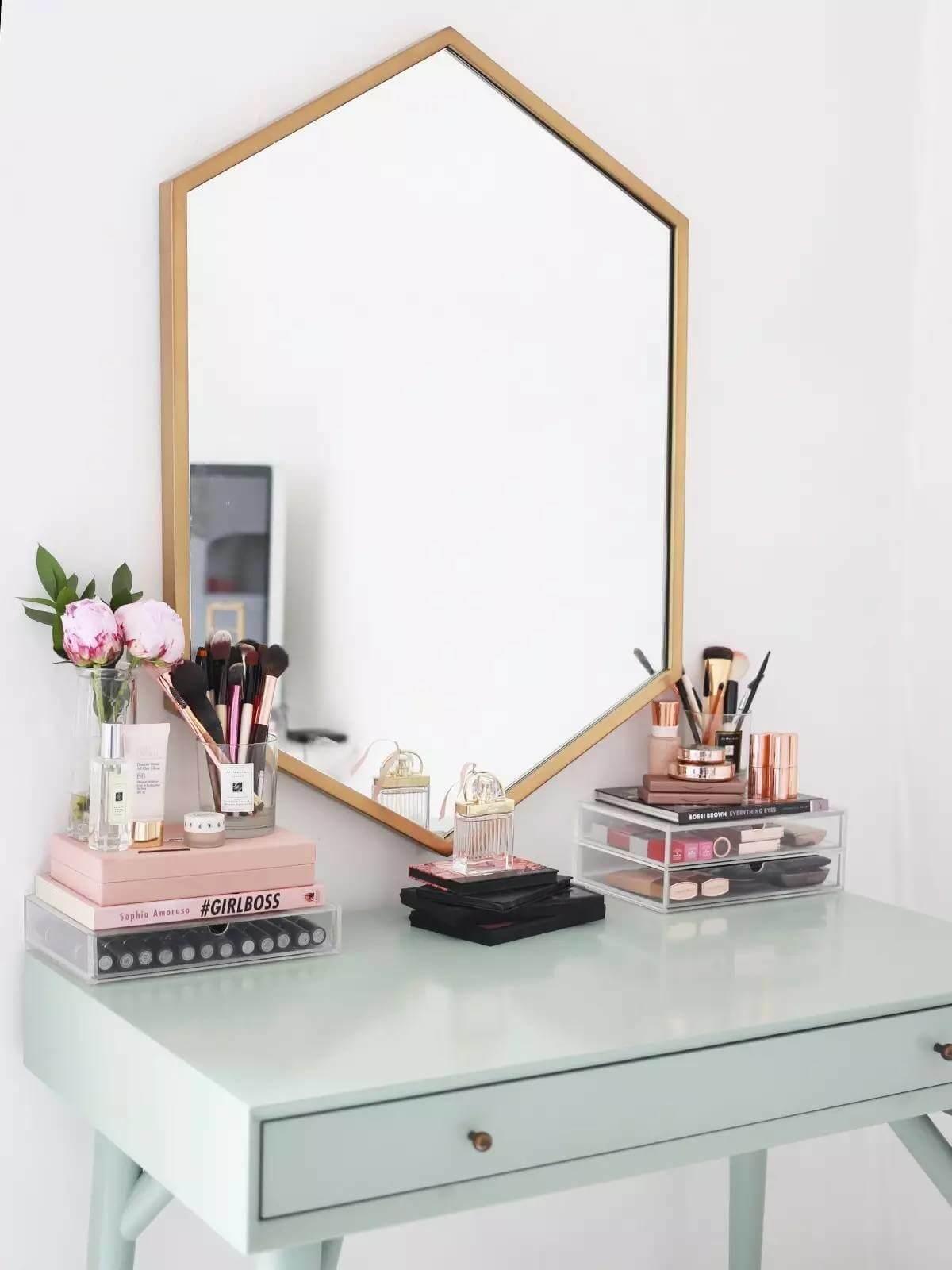 Vanité minimaliste et miroir mural géométrique