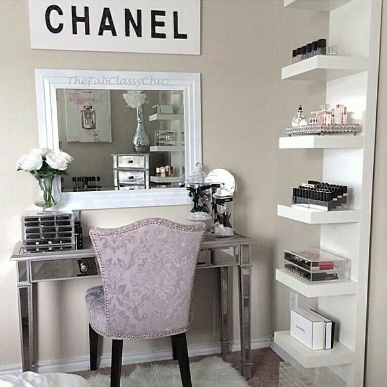 Coin vanité inspiré de Chanel avec étagères de rangement