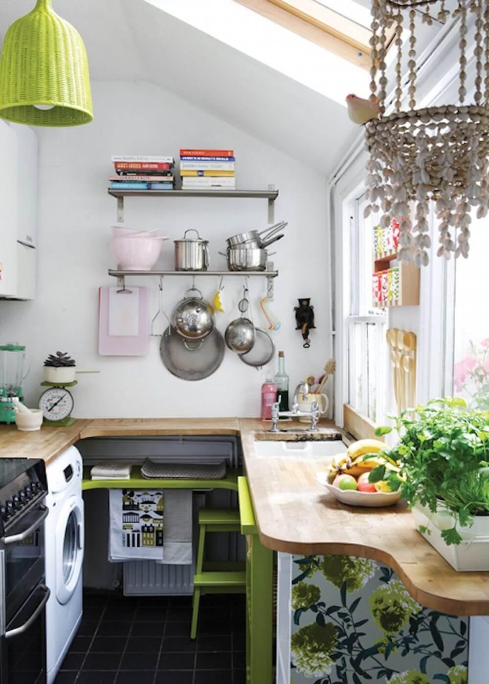 Idée de conception de petite cuisine avec étagères ouvertes