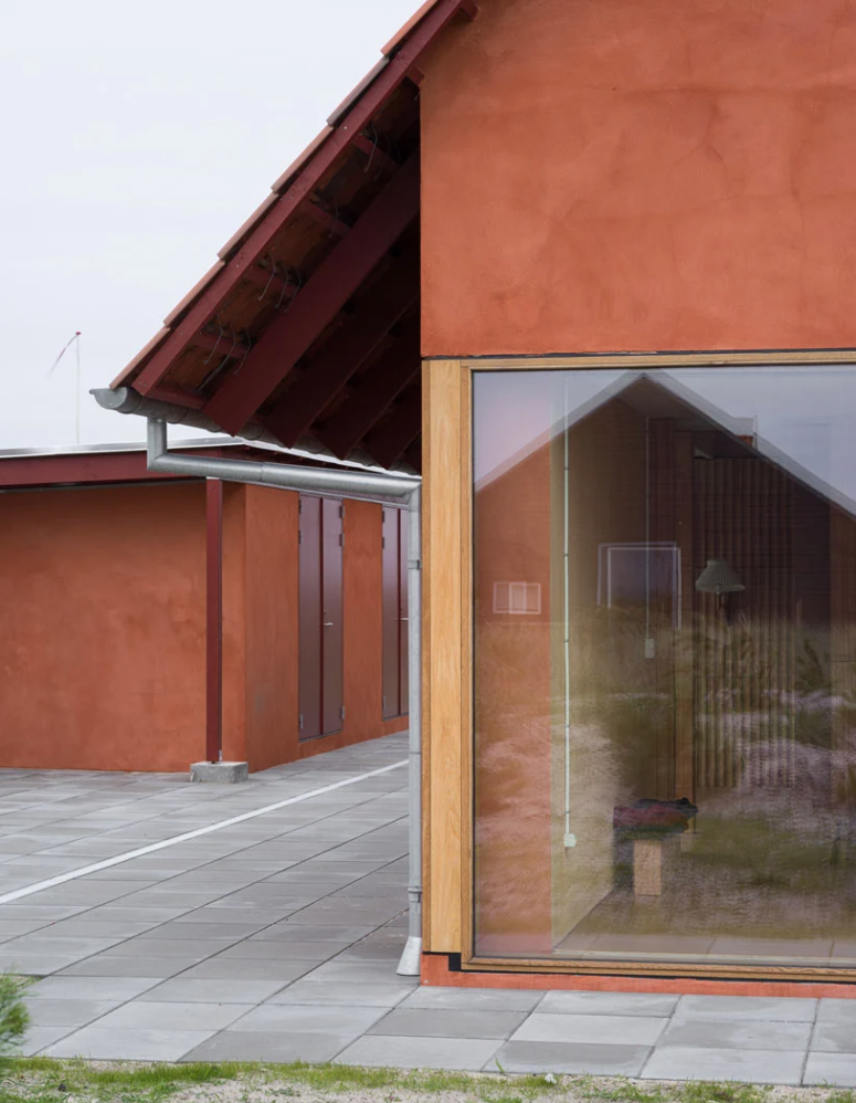 La maison est orientée d'est en ouest pour se protéger des vents et l'utilisation des matériaux est simple et décontractée, avec une fonctionnalité maximale