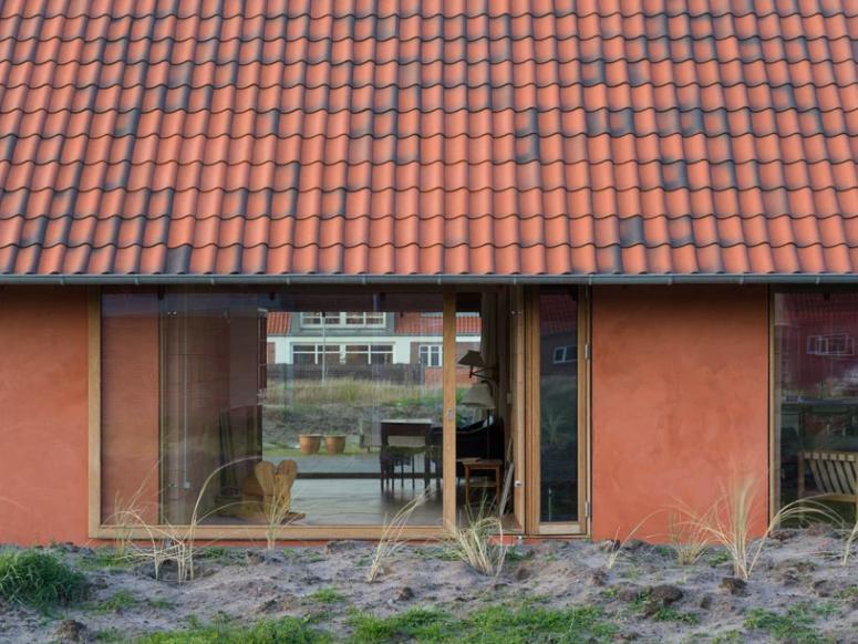Il existe de nombreuses zones vitrées pour laisser entrer la lumière naturelle et elles sont dotées de portes coulissantes pour se connecter à l'intérieur et à l'extérieur.