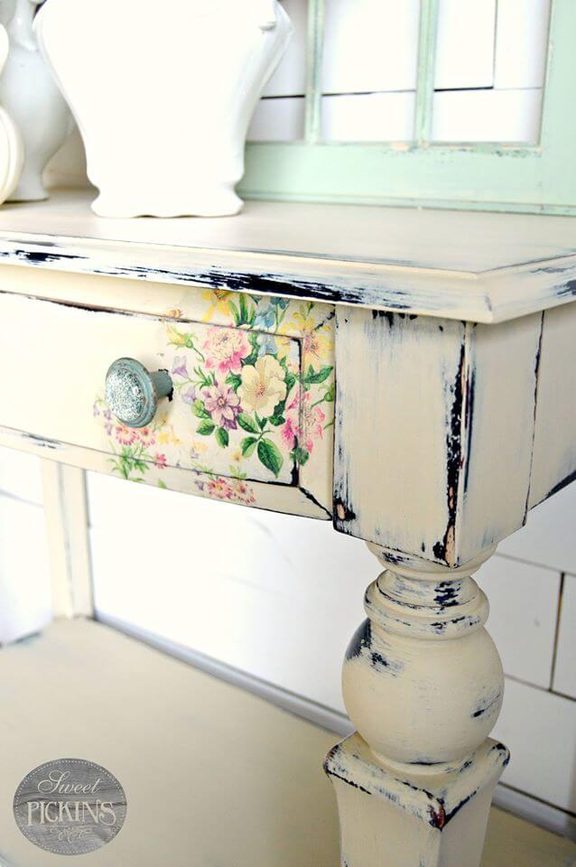 Bureau en bois peint avec détail de fleurs