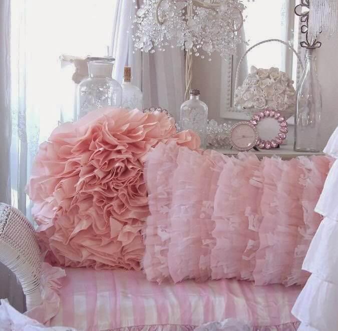 Coussins jolis à volants roses
