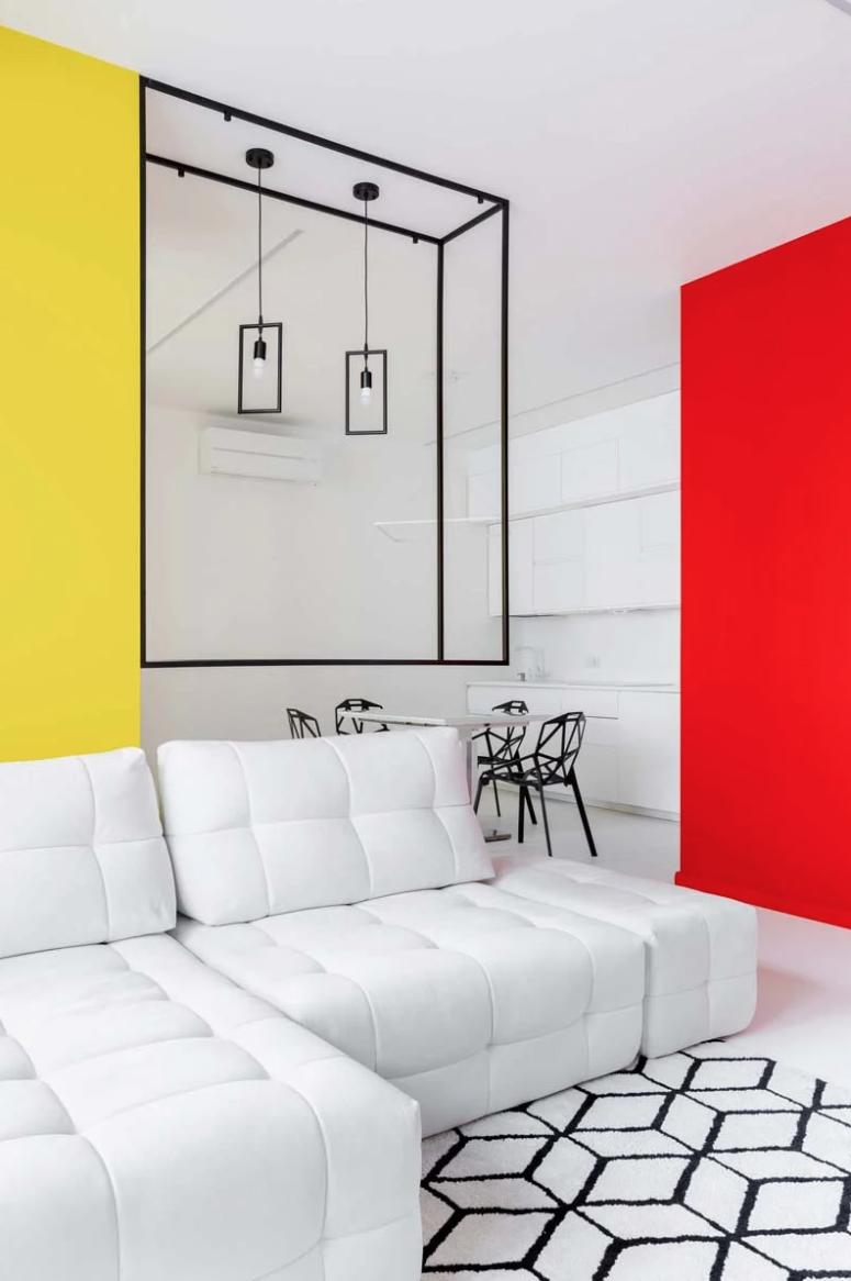 La disposition principale est un espace ouvert avec à nouveau un décor noir et blanc et des touches colorées super lumineuses