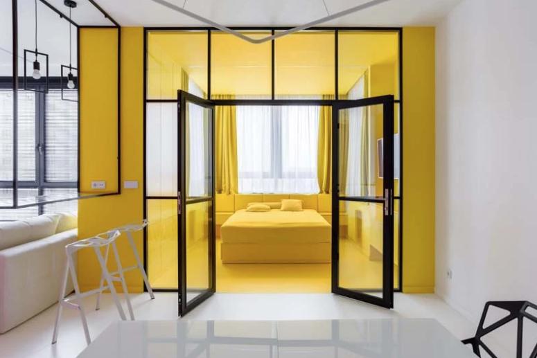 La chambre est faite de jaune vif pour oublier le temps gris terne à l'extérieur qui se produit souvent ici