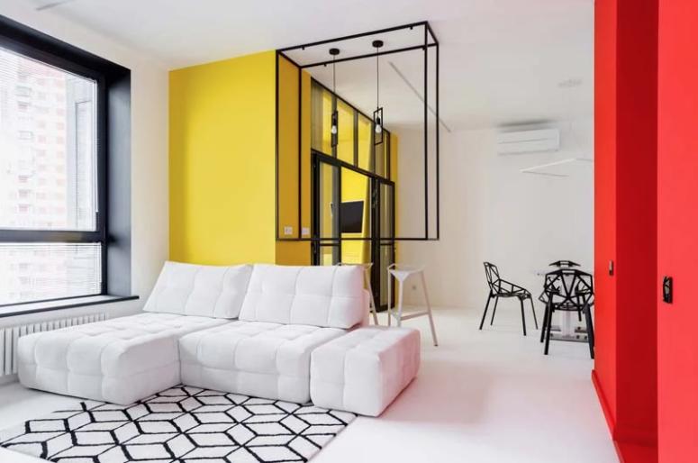 Ceci est un bloc avec une chambre jaune vif et un bloc d'entrée rouge
