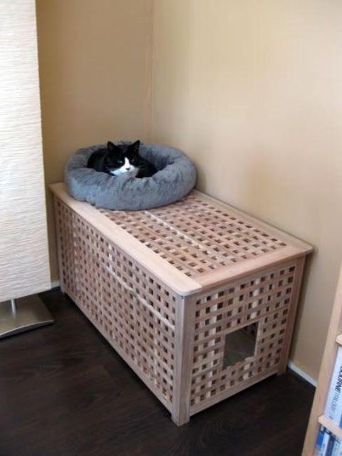 une table IKEA Hol avec un lit pour chat à l'intérieur et un lit moelleux et moelleux sur le dessus est une idée très cool à faire basculer