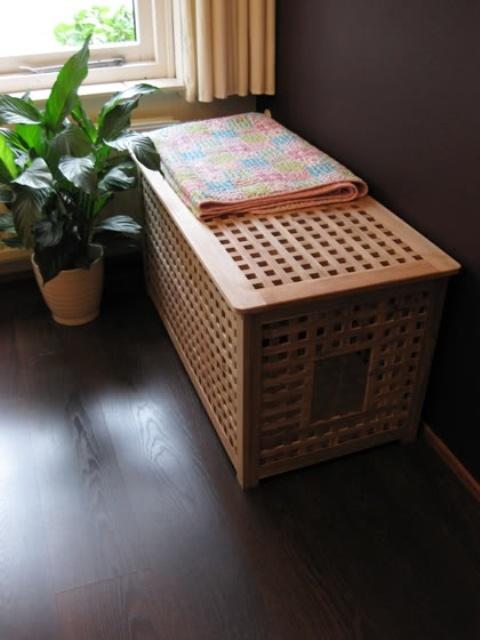 une table IKEA Hol comme lit caché pour animaux de compagnie ou toilettes peut être placée n'importe où et l'intérieur sera plus ou moins caché