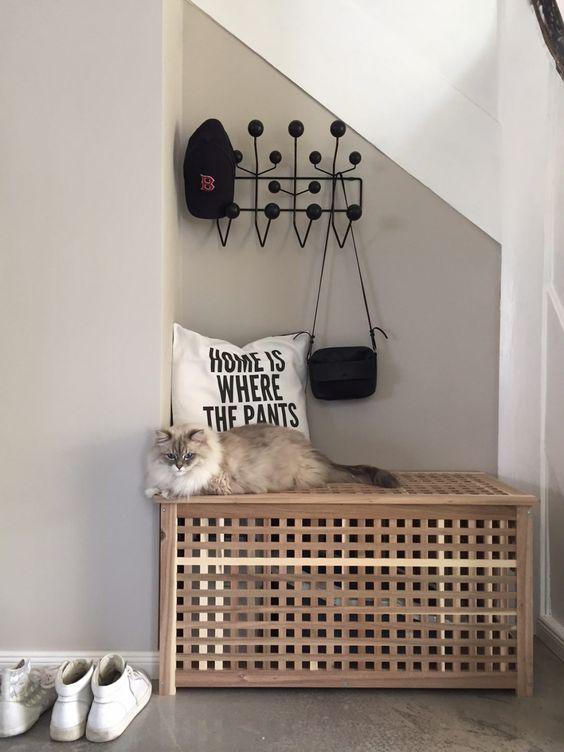 un banc d'entrée avec un loo de chat à l'intérieur est un hack de table IKEA Hol cool