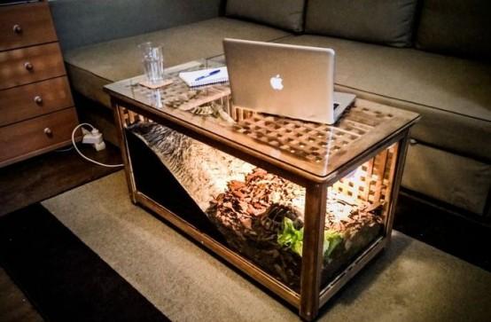 une table IKEA Hol transformée en terrarium de tortues avec de la lumière, elle se double d'une table basse dans le salon