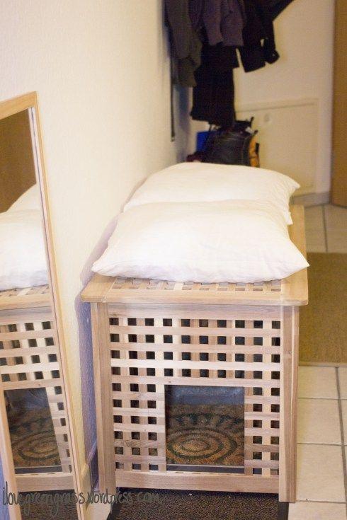 une table IKEA Hol transformée en toilettes pour chatons et en lit pour chatons avec quelques oreillers