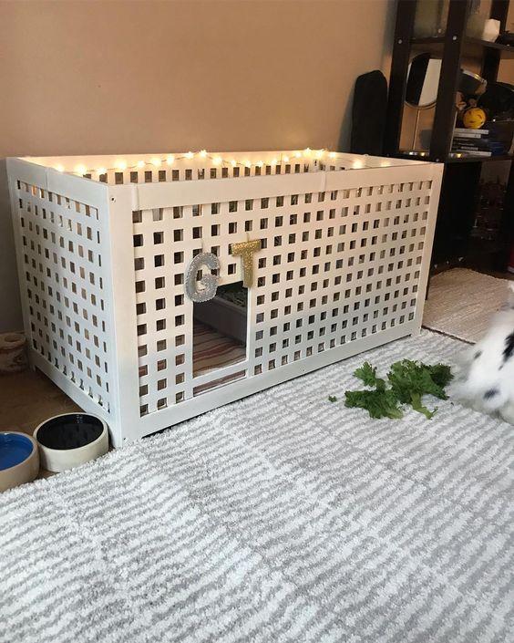 une table IKEA Hol transformée en une retraite de lapin avec des lumières et des monogrammes est un hack mignon