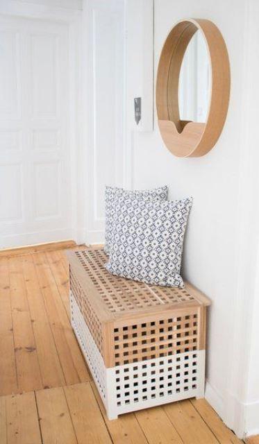 une table IKEA Hol hachée avec de la peinture blanche peut être utilisée comme banc dans l'entrée et dispose de quelques rangements