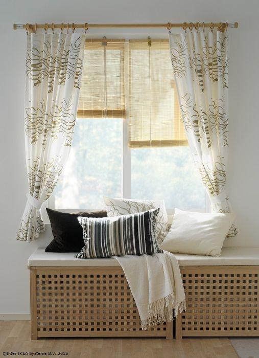 Tables IKEA Hol comme bancs de fenêtre et housses de radiateur, avec un matelas et des oreillers sur le dessus