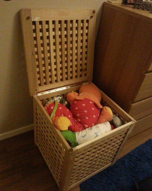 une petite table IKEA Hol est utilisée pour ranger les jouets dans la chambre des enfants est une idée très cool avec beaucoup d'espace de rangement