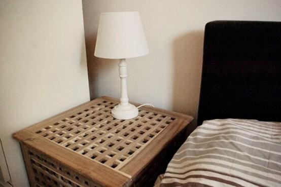 une petite table de chevet IKEA Hol - utilisez l'espace à l'intérieur pour le rangement et placez une lampe sur le dessus