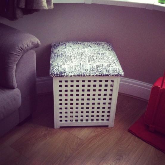 une petite table IKEA Hol transformée en pouf ou tabouret avec un rembourrage coloré et un rangement à l'intérieur