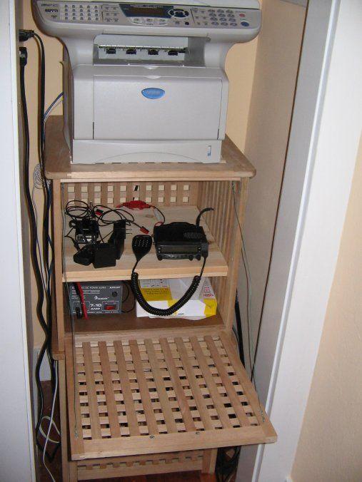 une station d'impression IKEA Hol - placez votre imprimante dessus et mettez tout ce dont vous avez besoin à l'intérieur ou vous pouvez créer une station de charge à l'intérieur de la table