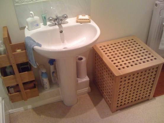 une petite table IKEA Hol utilisée dans la salle de bain pour ranger des objets à l'intérieur et à l'extérieur aussi