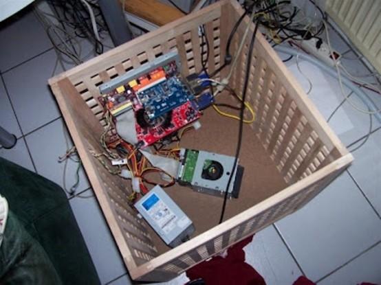 transformez votre table IKEA Hol en une station de charge pour tous les gadgets - tout le désordre sera caché à l'intérieur