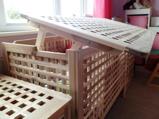 une table IKEA hol utilisée dans la pépinière pour ranger les jouets et autres articles pour enfants est une idée cool avec une sensation décontractée