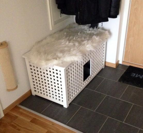 une table IKEA Hol blanche comme armoire dans l'entrée et une toilette pour chat en même temps est une idée peu encombrante