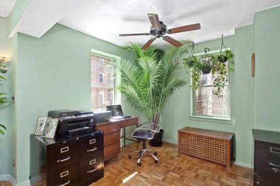 un bureau à domicile avec une table IKEA Hol tachée sombre qui offre beaucoup de rangement et se double d'un banc