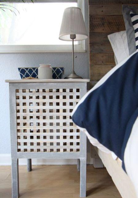 une table Hol blanchie à la chaux par IKEA utilisée comme une simple table de chevet avec beaucoup d'espace de rangement à l'intérieur