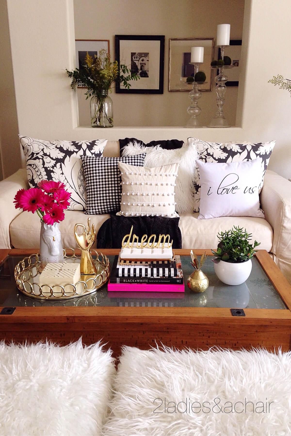 Pile de livres élégante et facile avec des décorations dorées