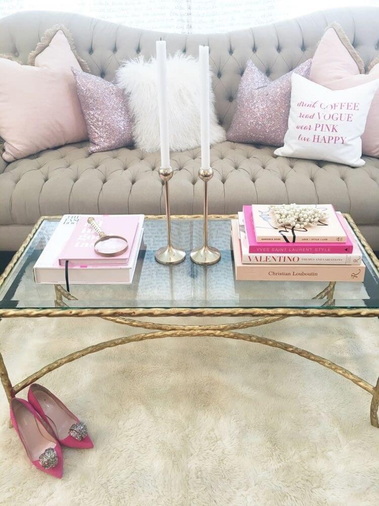 Présentoir rose et or minimaliste chic avec bougeoirs focaux
