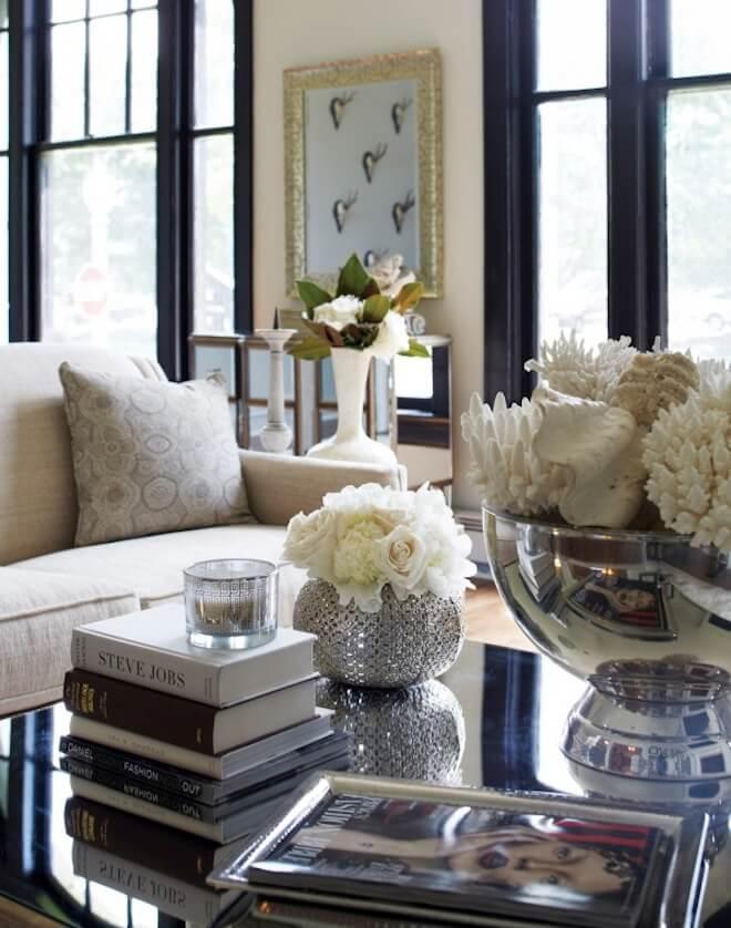 Bouquets de coquillages et de fleurs blanc cassé dans des contenants en miroir