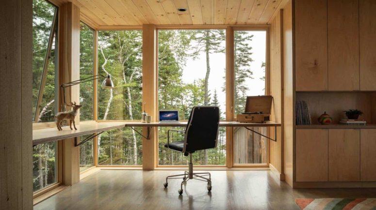 Ce bureau flottant moderne profite pleinement des baies vitrées et de l'abondance de lumière naturelle