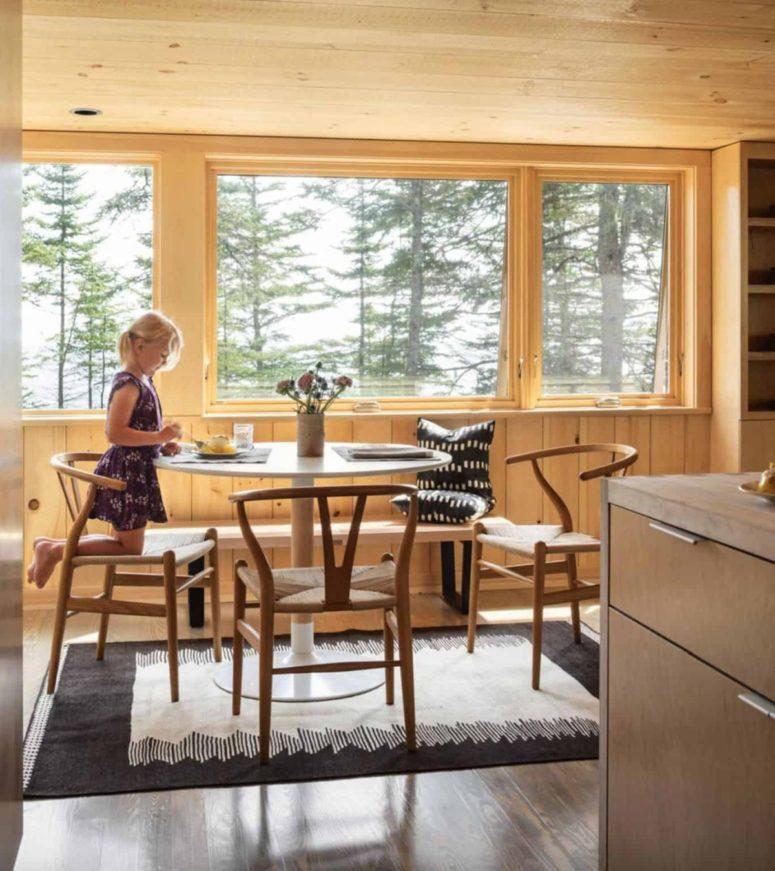 La salle à manger est composée d'une table ronde et d'une chaise fraîche, elle est placée près de la fenêtre pour une vue magnifique