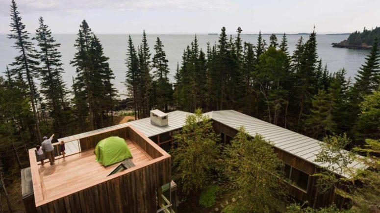 Il y a une terrasse au-dessus de la maison qui permet une vue fraîche sur l'océan