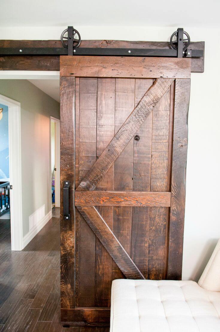 Porte d'entrée en bois poli et réutilisé