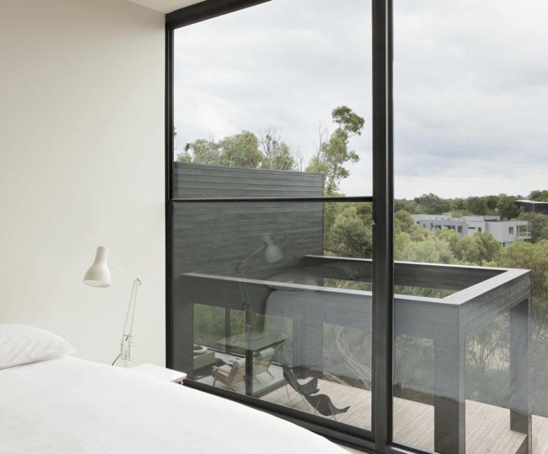 Un mur est vitré, ce qui laisse entrer beaucoup de lumière et permet aux propriétaires de profiter beaucoup de la vue