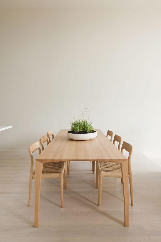 Il ne comporte qu'un ensemble de salle à manger en bois chic et une pièce maîtresse en herbe en pot