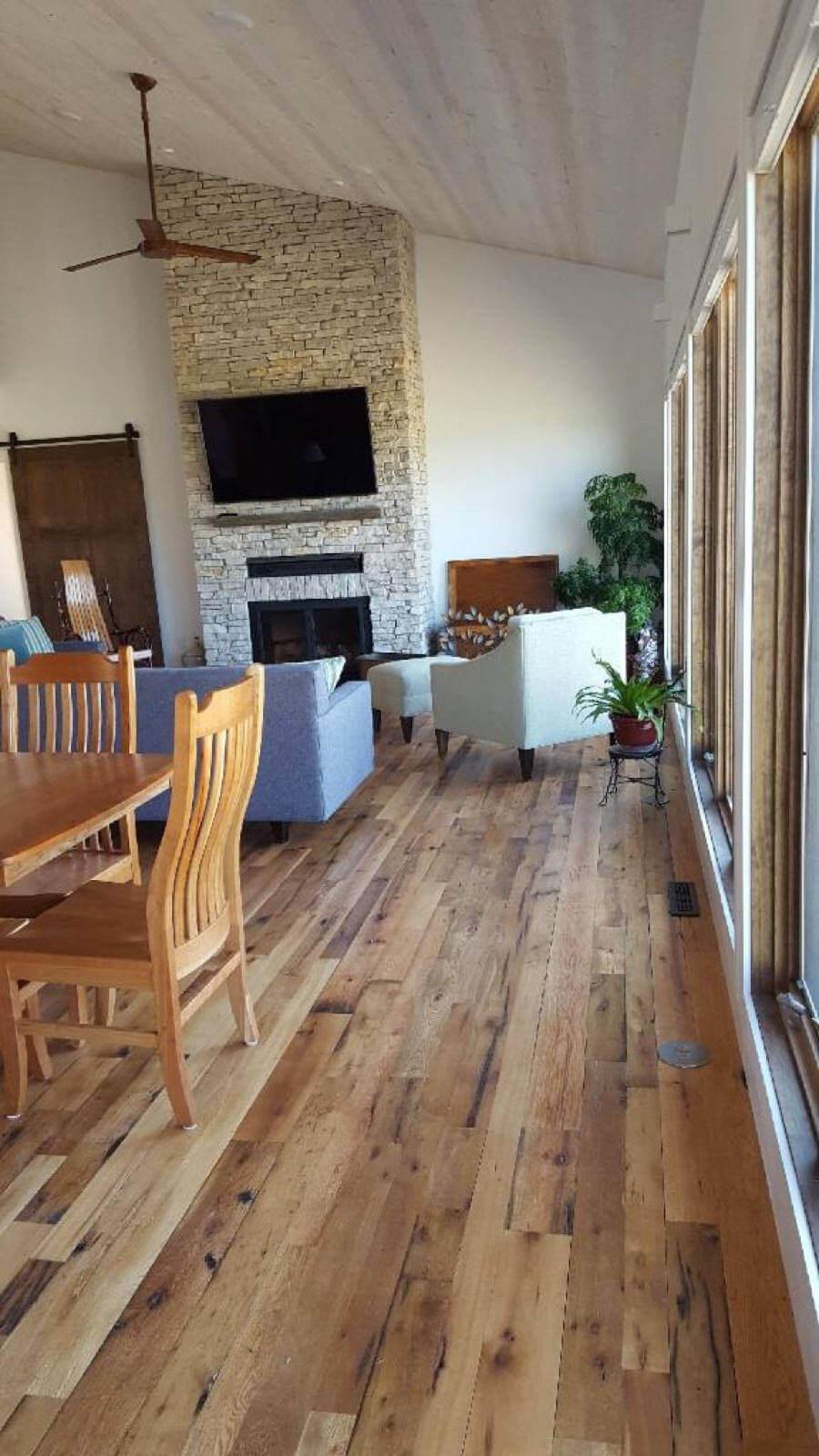 Le revêtement de sol à rainures et languettes récupéré ajoute une ambiance vintage à votre salon