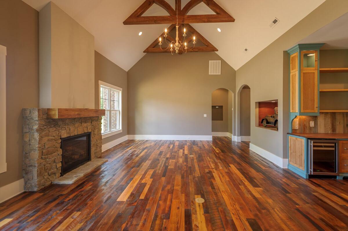 Le bois franc récupéré mélangé ajoute de la profondeur à la pièce
