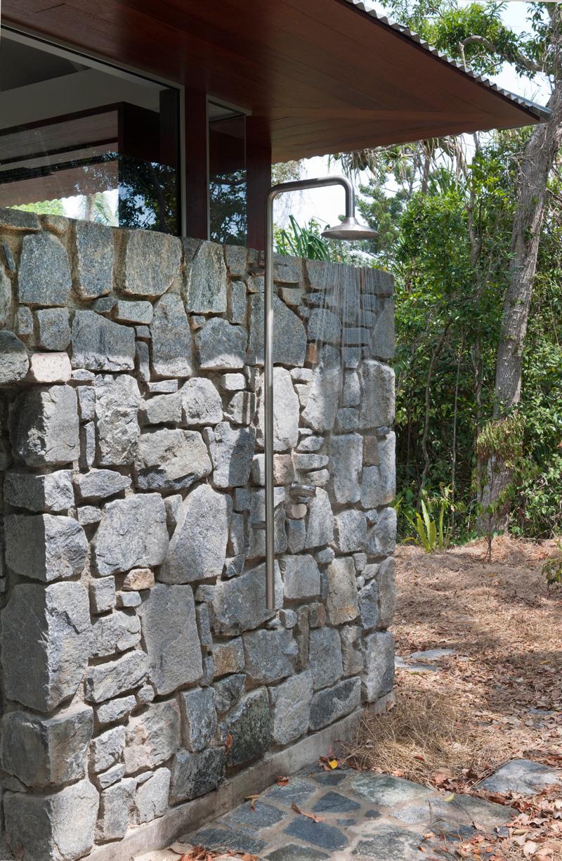 douche extérieure de maison de plage tropicale
