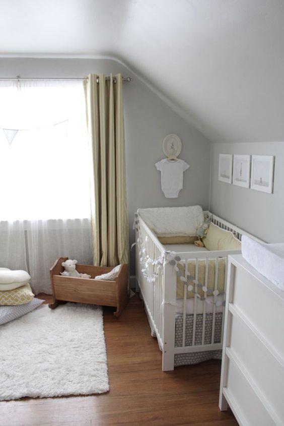 une chambre d'enfant neutre et paisible avec des murs gris tourterelle, des rideaux jaunes, une literie grise et jaune et un joli mur de galerie